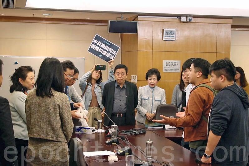 香港眾志昨日下午趁鄭若驊到訪南區區議會,抗議修訂《逃犯條例》。(蔡雯文/大紀元)