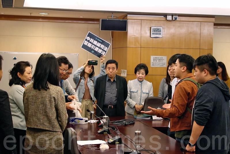 香港眾志追擊鄭若驊 促撤引渡修法