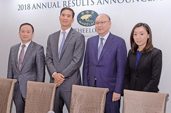 會德豐12日公佈全年業績,主席兼常務董事吳宗權(左二)表示,期望今年銷售目標可達超過100億元。(宋碧龍/大紀元)