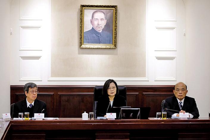 中華民國總統蔡英文(中)3月11日召開國家安全會議,國安會提出報告表示,中共為了加速統一台灣,有4大策略,包括運用藍綠對立,在台灣形塑統一氛圍。(總統府)