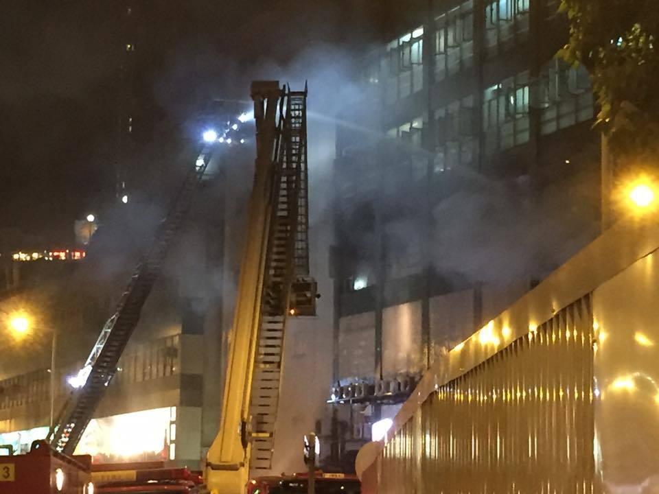 牛頭角道淘大工業村第一座一個迷你倉上午發生四級火警,截至晚上10時,火警仍未撲熄。(Facebook擷圖)