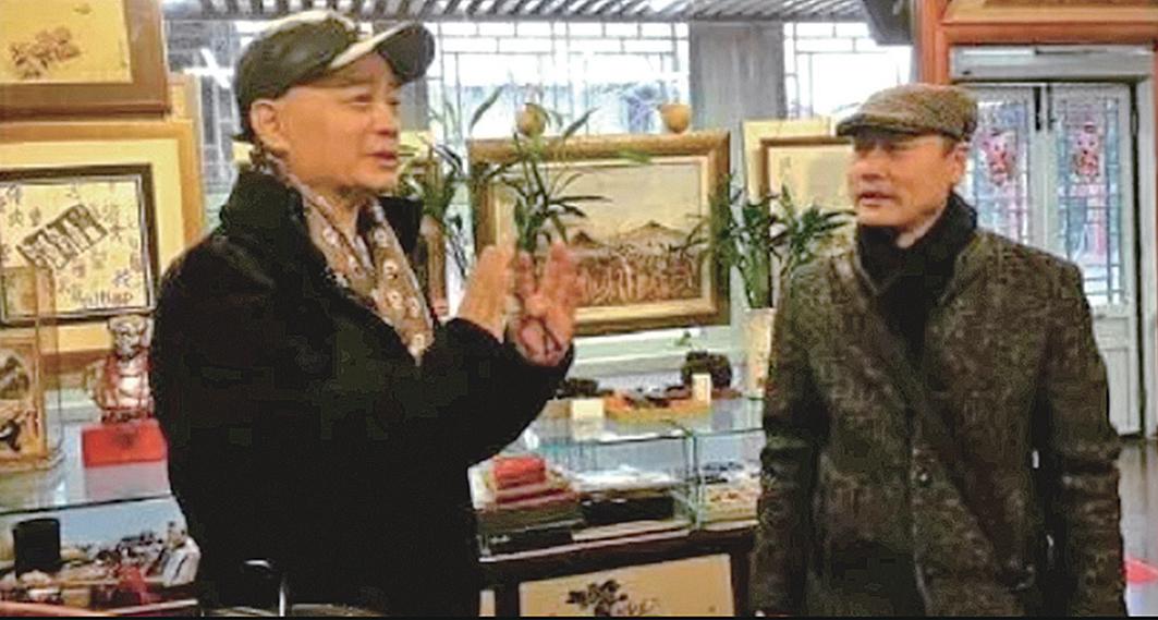有網友3月9日在微博爆料,消失多日的前央視主持人崔永元(左 ) 當天在北京古玩市場現身。(微博截圖)