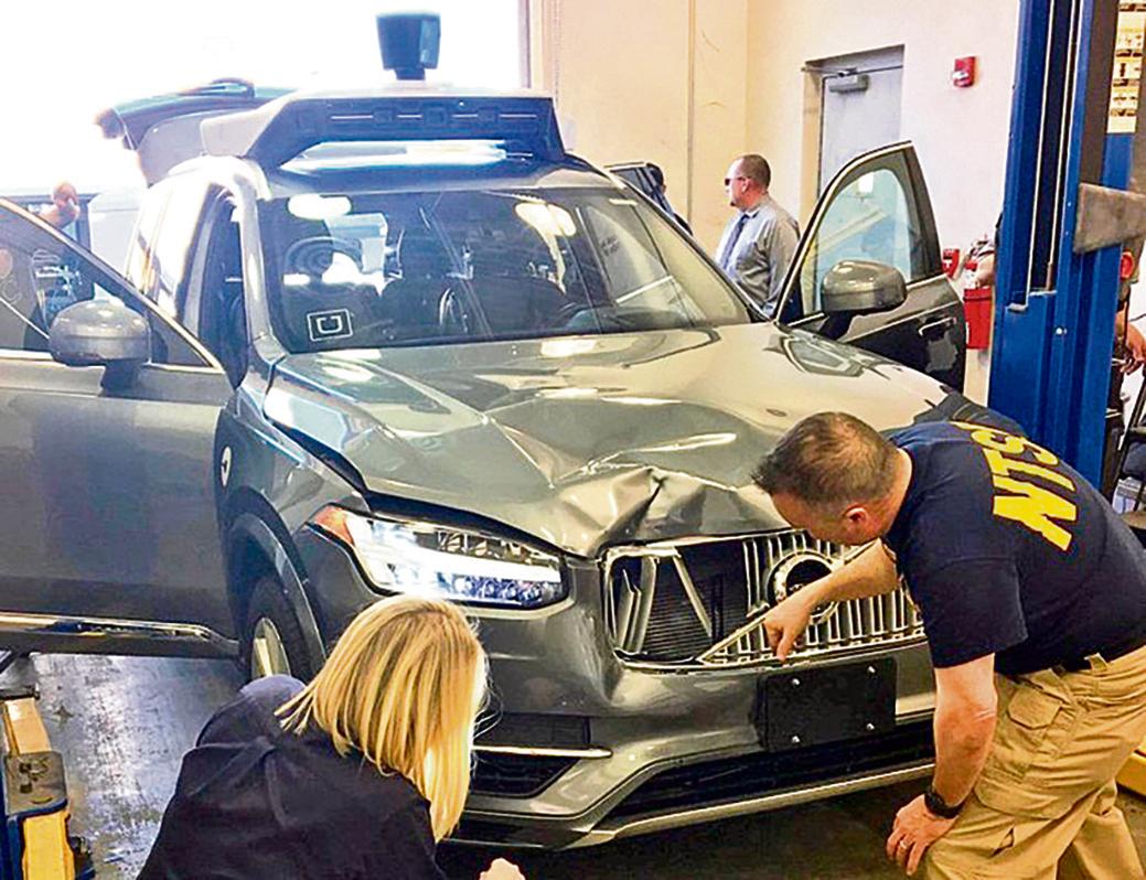 美國國家運輸安全委員會官員在調查撞死人的Uber自駕車VolvoXC90。(NTSB)