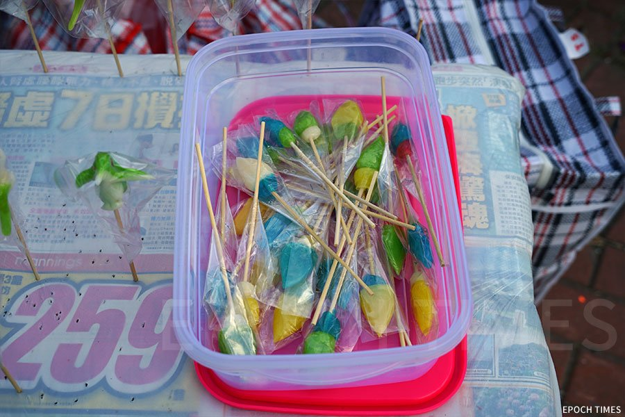 收藏在密實盒內的各款糖公仔。(陳仲明/大紀元)