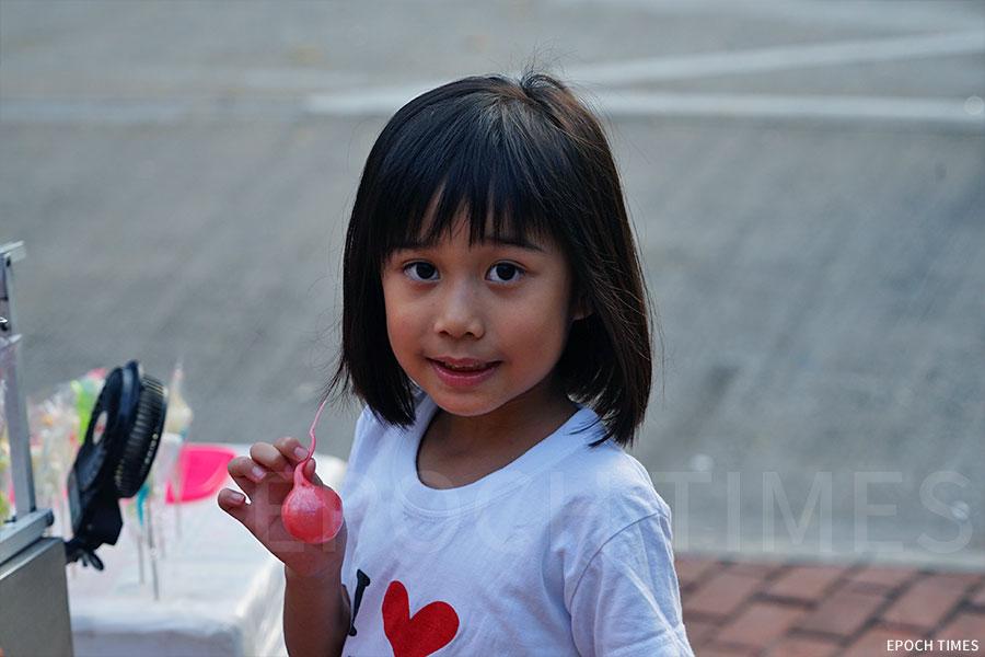 將糖坯吹成圓球的吹波糖,是早年吹糖衍生出來的一種玩法。(陳仲明/大紀元)