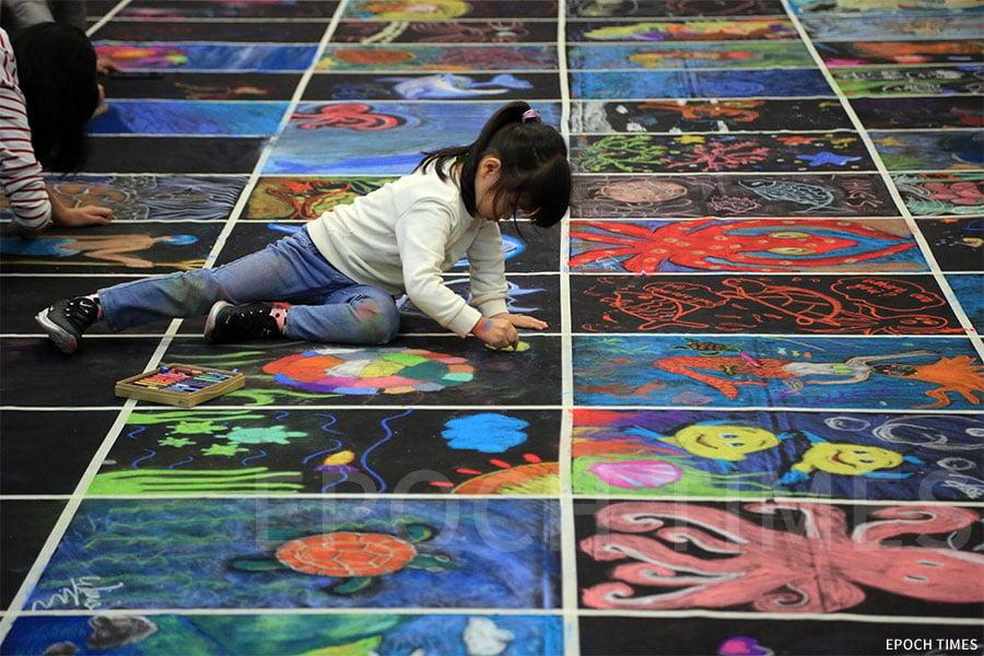 「Draw HK畫出香港」活動鼓勵大、小朋友用畫筆創作出自己的世界。(陳仲明/大紀元)