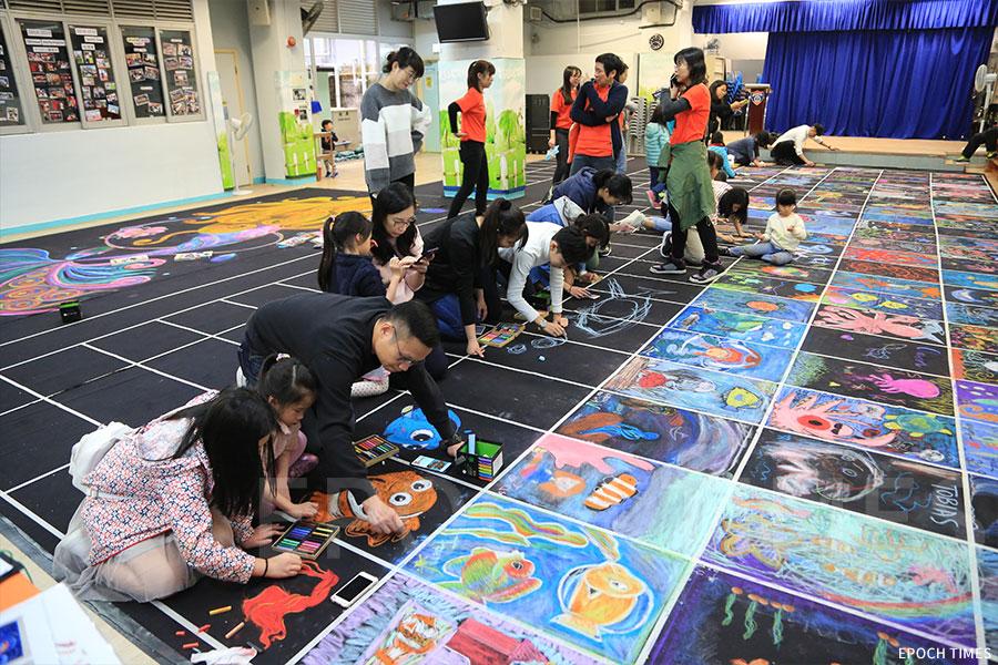 「Draw HK畫出香港」活動日,小朋友以粉筆畫創作。(陳仲明/大紀元)