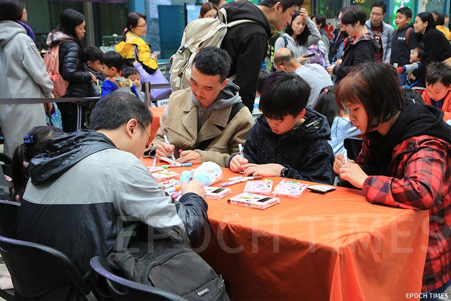 活動期間舉辦多個繪畫工作坊,吸引大量市民參與。(陳仲明/大紀元)
