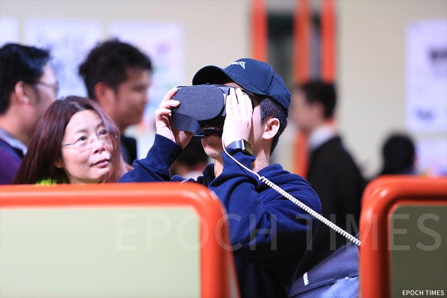 明愛莊月明中學學生的華富邨寫生作品透過VR呈現給觀眾。(陳仲明/大紀元)