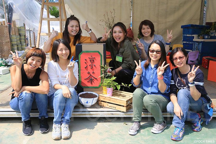 香港聖公會麥理浩夫人中心「We‧Go Green童心耆創綠悠文化」將於花展設立攤位,以原生植物為主題向市民推廣環保文化。圖為參與佈置攤位的部份義工合照。(陳仲明/大紀元)