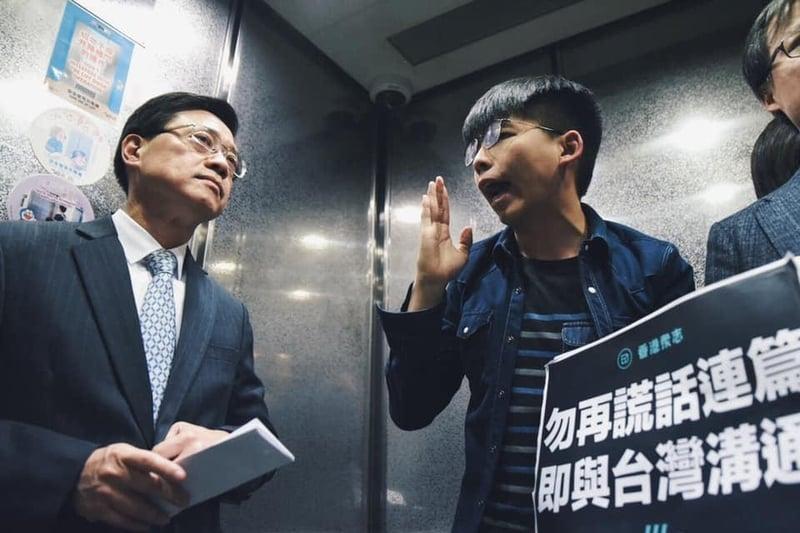 香港眾志成員趁保安局長李家超見記者時,到場抗議,要求立即撤回修訂《逃犯條例》。(香港眾志提供)
