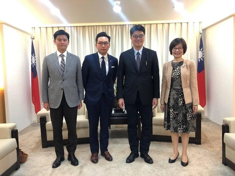楊岳橋及譚文豪昨日到訪台北,與陸委會副主任委員邱垂正(右二)及法務部代表會面見面,商討港台引渡事宜。(公民黨提供)