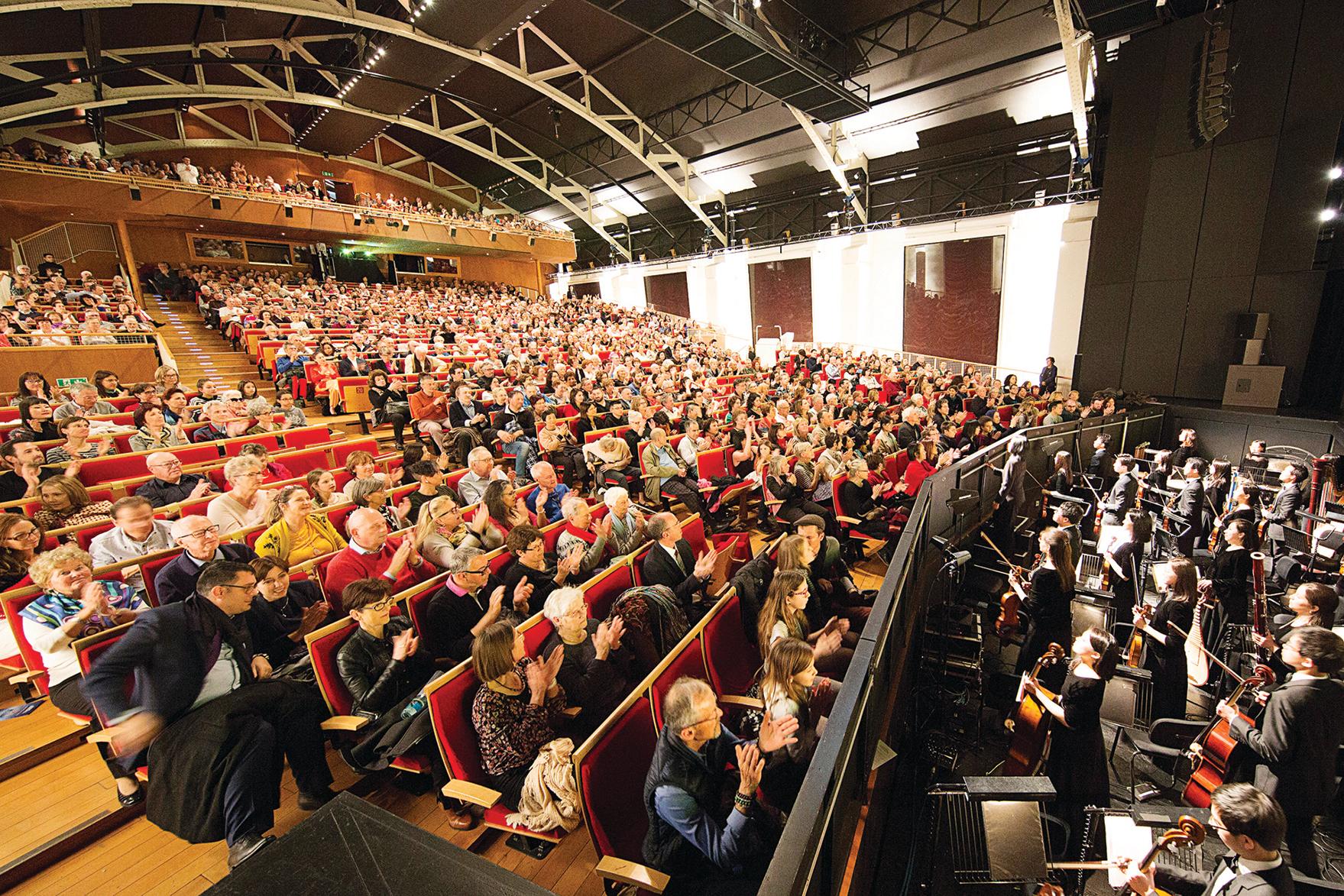 神韻國際藝術團在日內瓦BFM 劇院的最後一場演出一票難求。(吳青松/大紀元)