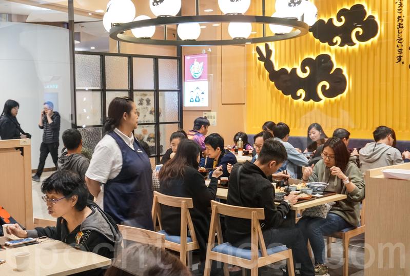 餐廳全場只得40多個座位,由於太多人排隊的緣故,基本上所有食客吃完就走。
