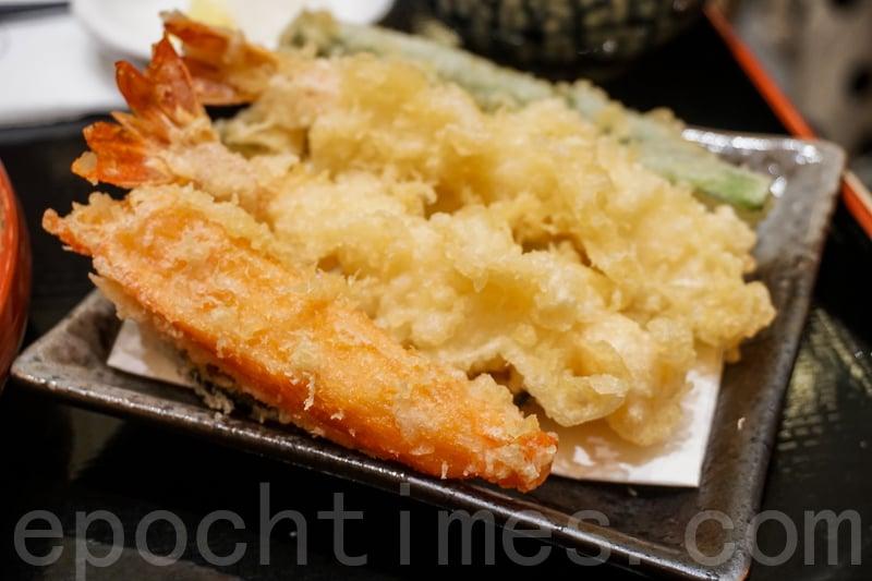 天婦羅冷麵定食款式配菜是固定的,每款均有兩隻黑虎蝦、蟹柳、南瓜、蓮藕和四季豆。(米芝Gi提供)