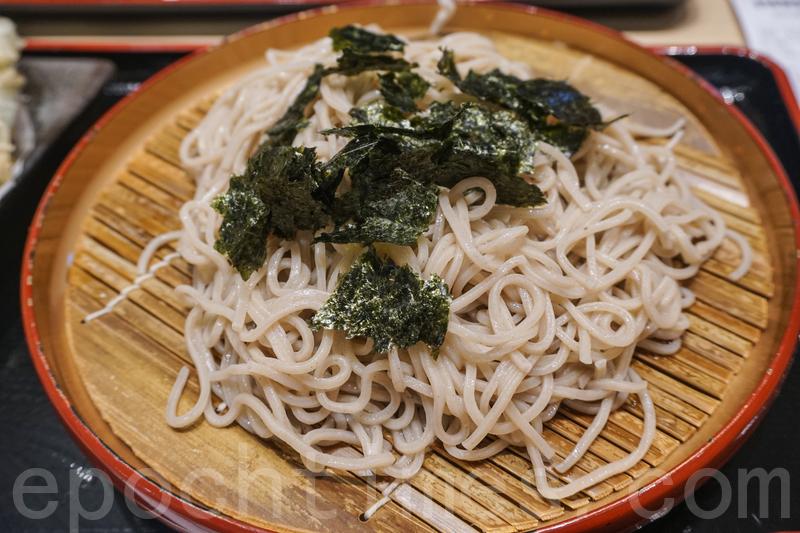 蕎麥麵煙韌好吃,配冷麵的醬油混合wasabi和蔥粒,入口不會辛辣還很醒胃。