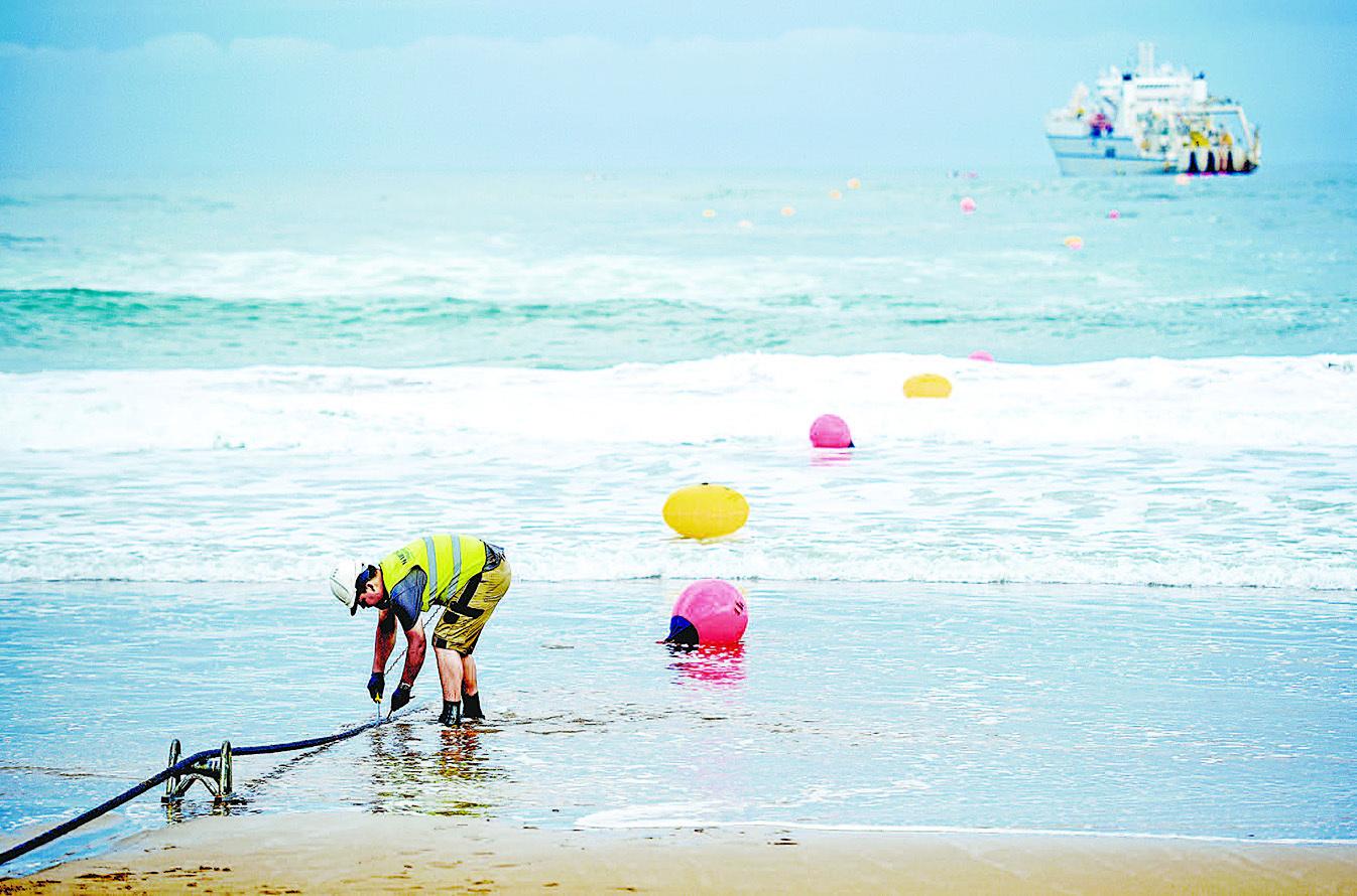 光纜是全球互聯網「大動脈」,如果這些「大動脈」被具有惡意操控,其後果將是致命性的。圖為西班牙海岸,工作人員對海底光纜進行維護。(AFP)