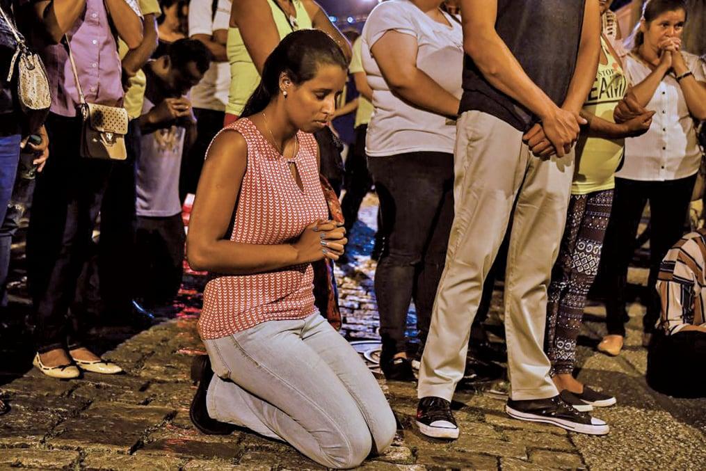 3月13日,巴西聖保羅一所州立中學,發生校園槍擊事件。圖為傷心的死傷者家屬哀悼。(AFP)