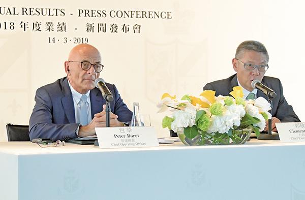 大酒店董事總經理及行政總裁郭敬文(右)表示,最大的挑戰是維持服務質素。(郭威利/大紀元)