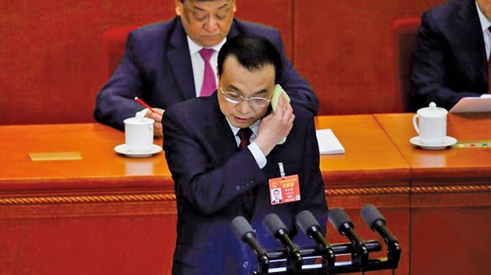 3月5日,李克強在中共兩會上作報告,他在發言過程中頻繁擦汗。(Getty Images)
