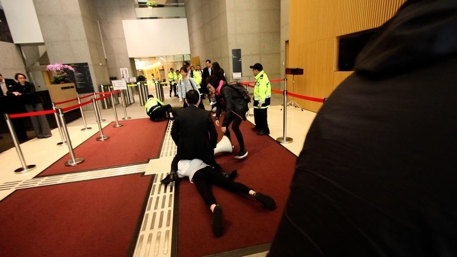 香港眾志譴責男保安濫權侵犯女示威者