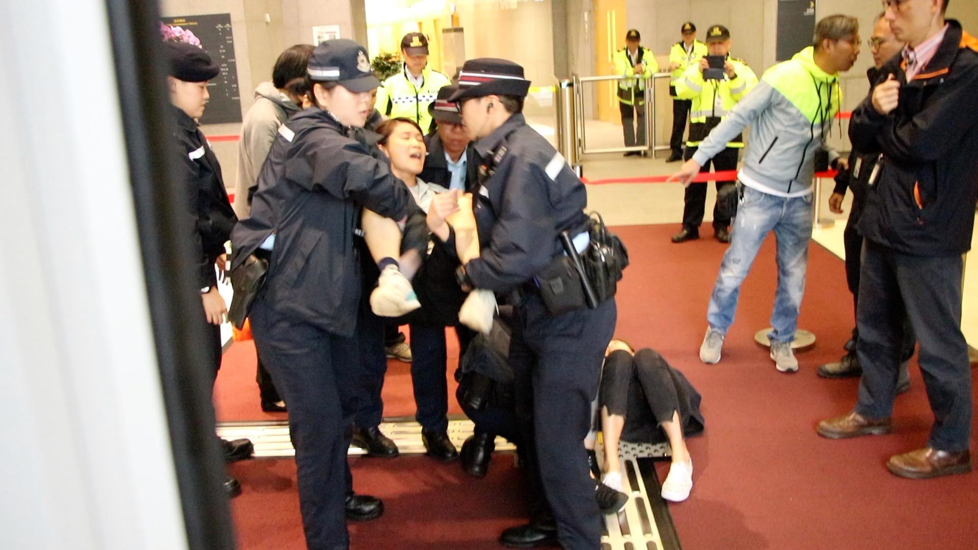 5名女成員也被女警逐一抬走。(蔡雯文/大紀元)