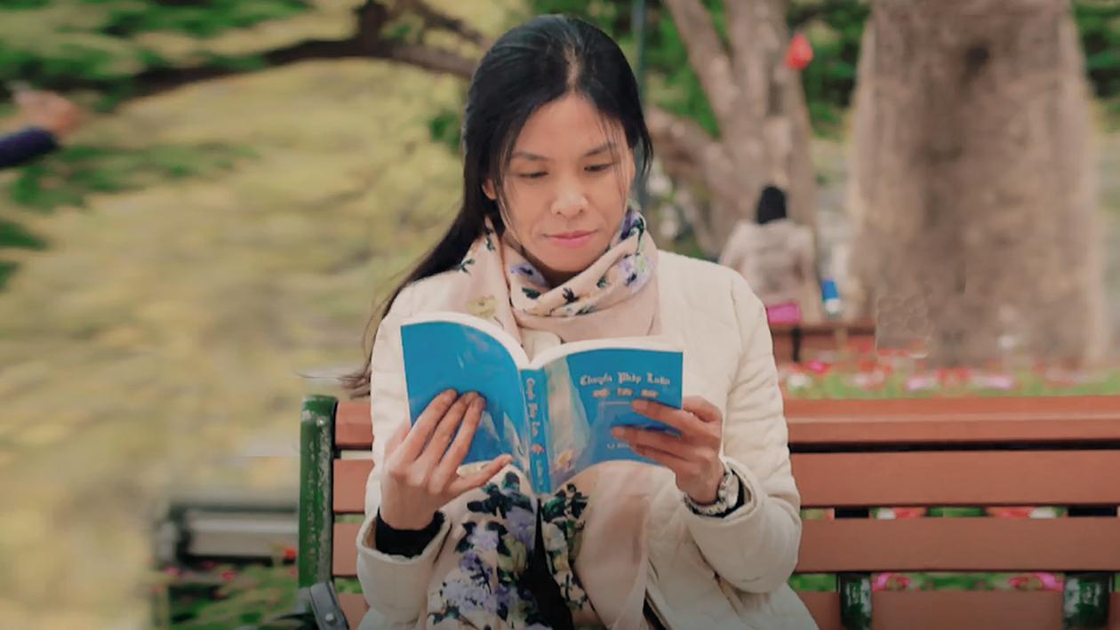 疾病纏身面臨失明,越南女記者閱讀奇書再見彩虹。(影片截圖)