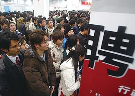 中國經濟下行壓力下,白領受到裁員和降薪的衝擊。圖為中國的一個就業招聘會上,現場擠滿了應聘者。(大紀元資料室)