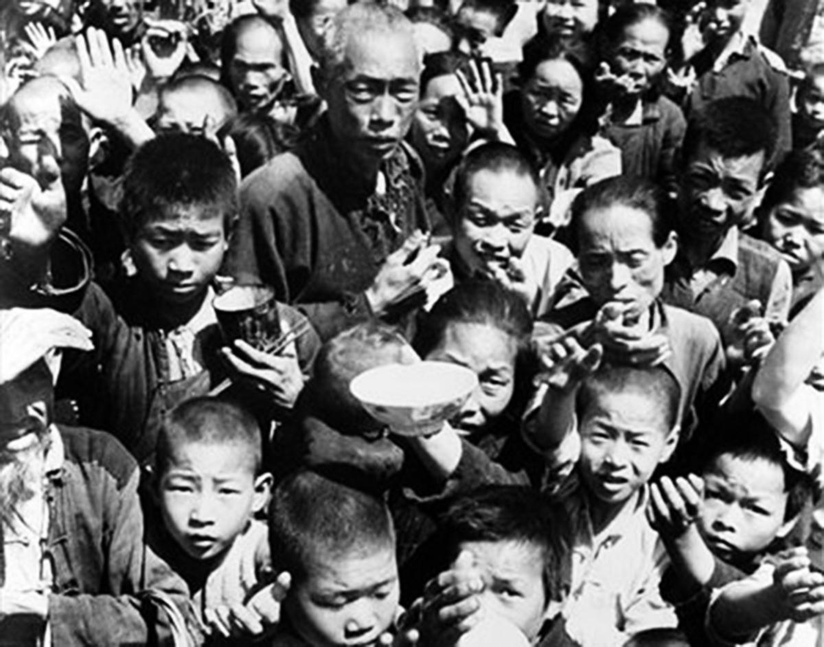 1958~1962風調雨順的三年裏,中國發生大饑荒,至少有4,500萬人死亡。當年活下來的人接受採訪時說,人吃人很普遍,「幾乎是村村都有吃人,有時候是吃自己的孩子。」(大紀元資料圖片)