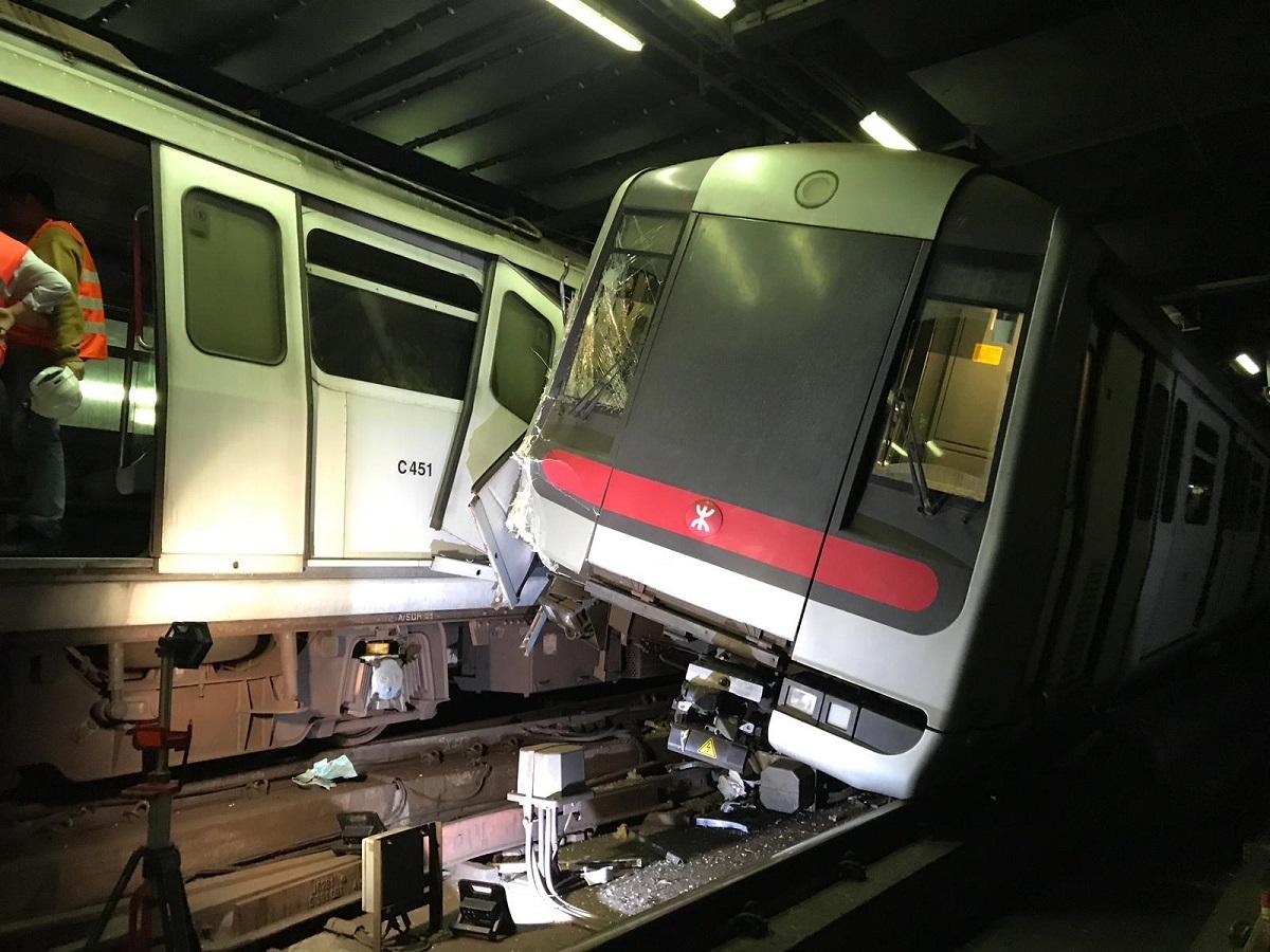 其中一列車被撞至偏離路軌(港鐵提供)