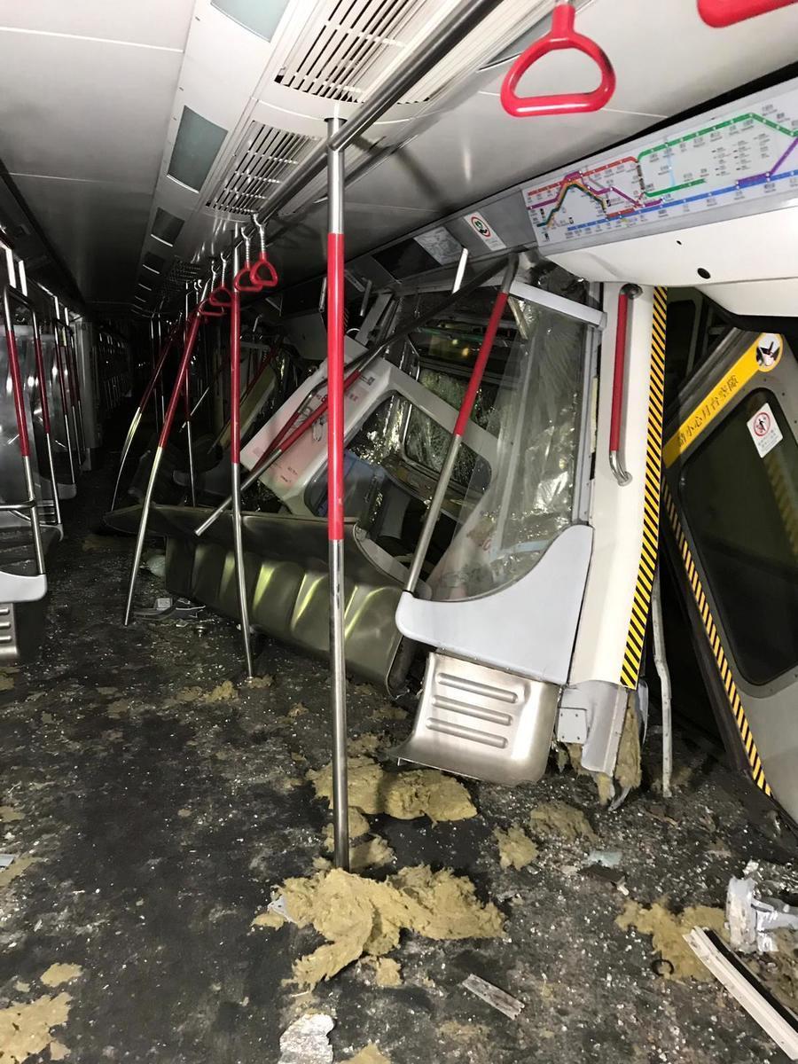 列車車廂損毀嚴重。(港鐵提供)