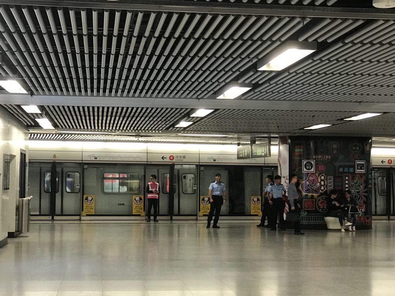 荃灣綫來往金鐘站和中環站的服務全日暫停,圖為金鐘站荃灣線往中環方向有港鐵職員在場維持秩序及警方留守。(蔡雯文/大紀元)