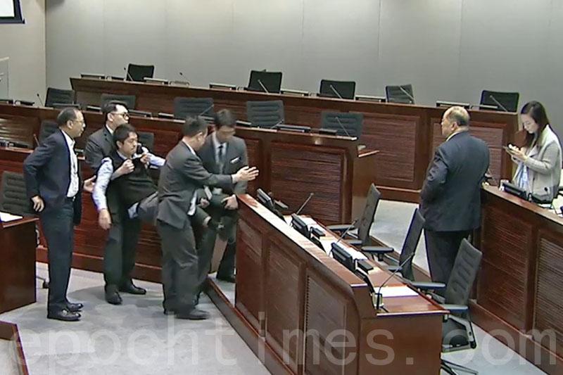 許智峯因不滿委員會主席廖長江就議員書面提問設限高聲抗議,被保安武力驅逐。(影片擷圖)