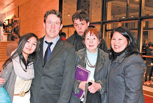 哥倫比亞大學社會工作學院發展部副主任努德森(左二)和家人。(賈誼/大紀元)