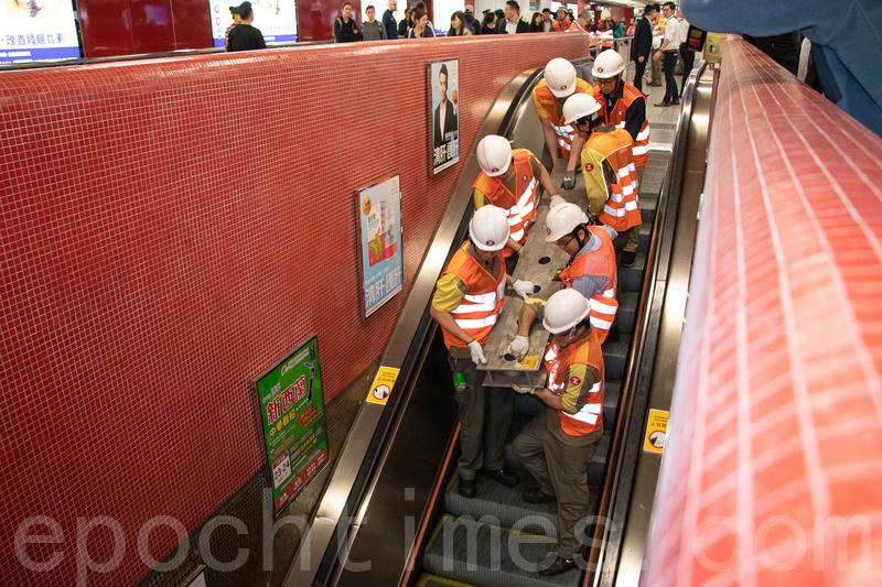 港鐵工程人員下午在中環站內準備搶修工作。(蔡雯文/大紀元)