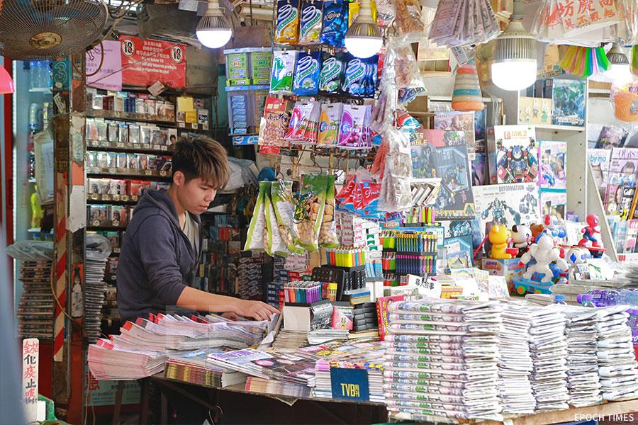 賴生的大兒子阿勇,自願幫忙父母的小店。(陳仲明/大紀元)