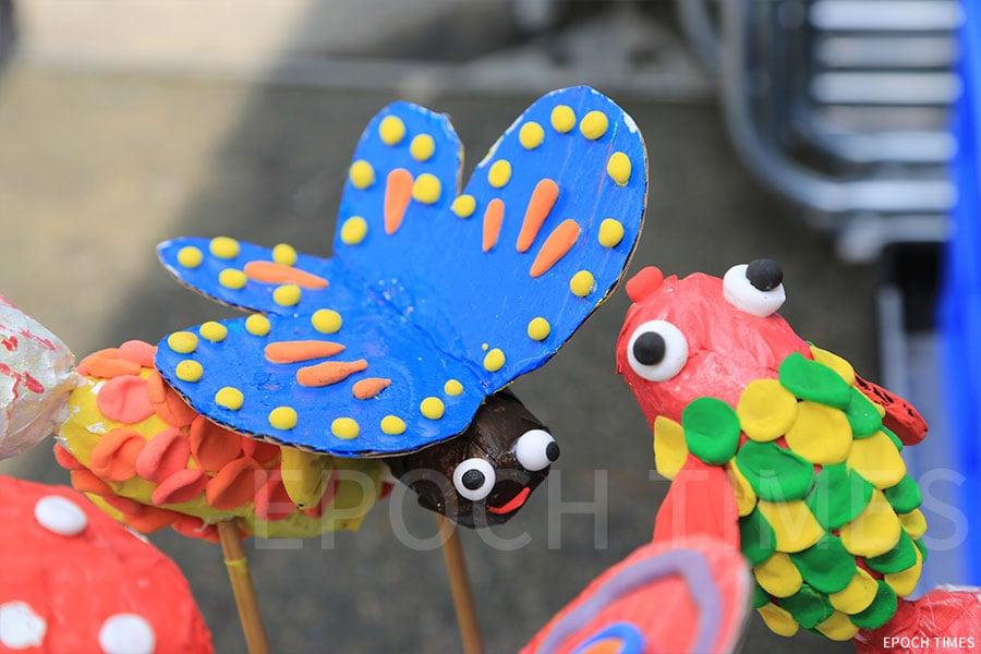 利用廢紙設計的蝴蝶和金魚。(陳仲明/大紀元)