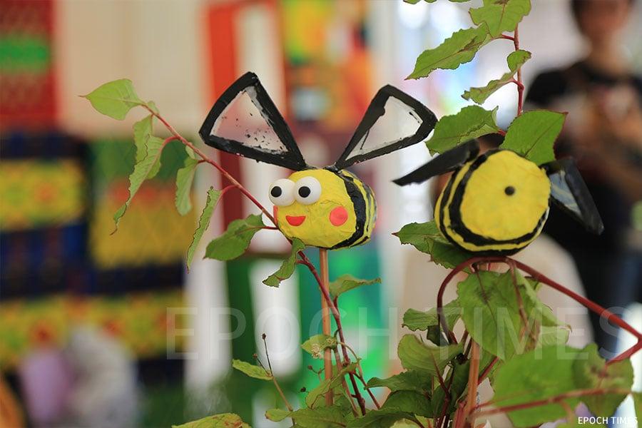 利用廢紙設計的蜜蜂。(陳仲明/大紀元)