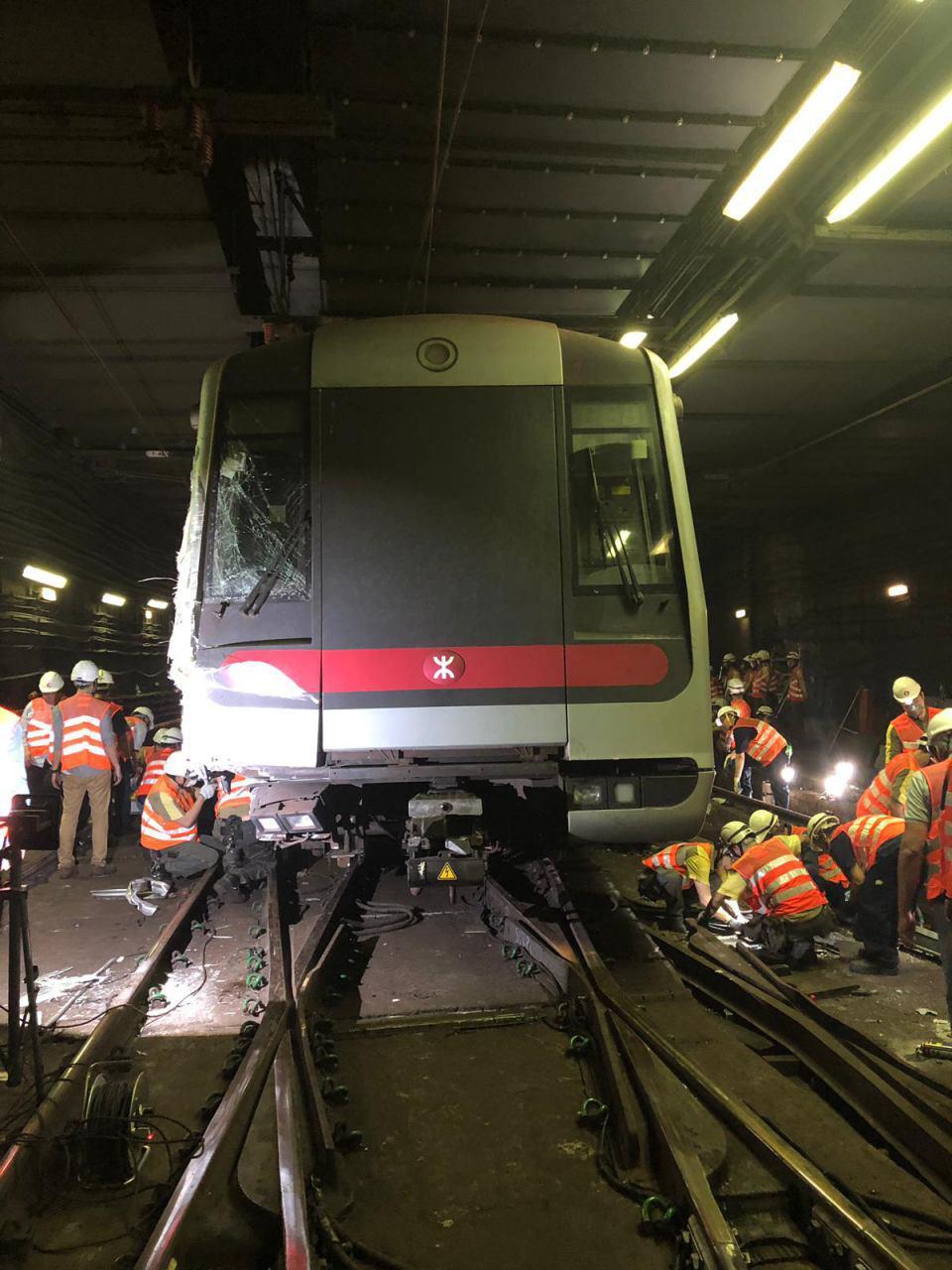 港鐵昨日凌晨已將撞毀的列車,全部移離主行車綫,荃灣綫全線恢復正常行車。(港鐵提供)