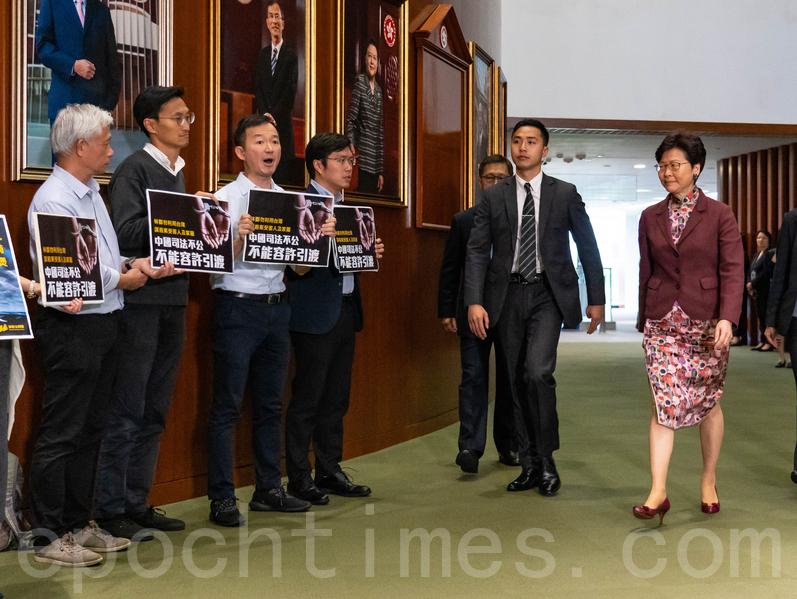 議會陣線多名議員趁林鄭月娥到立法會出席質詢時,在會議廳外手持標語示威,反對修訂《逃犯條例》。(李逸/大紀元)