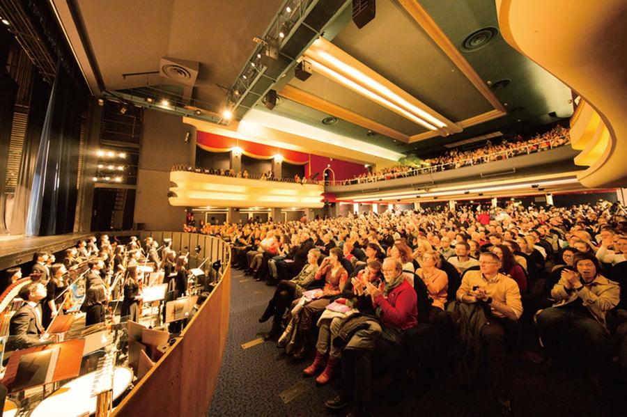 神韻法國魯貝大爆滿落幕  「慈悲的能量充滿大廳」