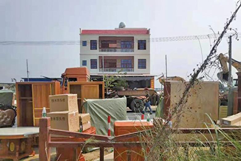 3月12日,海南東方市板橋鎮板橋村民與強拆人員發生衝突,有村民被防暴槍擊中,被強拆的家人因無家可歸多天來住在鎮政府。(受訪者提供)