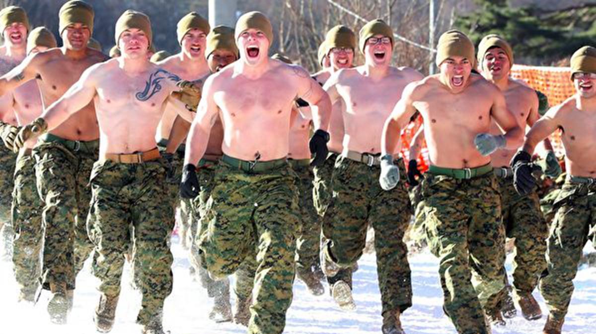 美韓加緊籌備「斬首行動」,從2017年12月4日至22日,美韓海軍陸戰隊員在零下20°C赤膊進行聯合冬訓。(YONHAP/AFP/Getty Images)