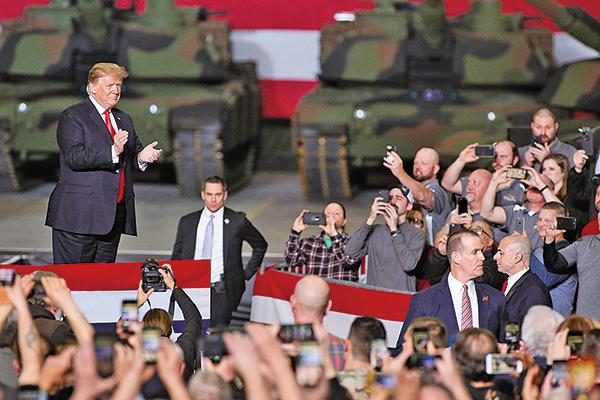 美國總統特朗普周三(3月20日)表示,很快將與北京達成貿易協議,美國的貿易談判代表將前往中國,對華關稅會維持很長的一段時間。圖為特朗普在俄亥俄州一個活動上。(Getty Images)