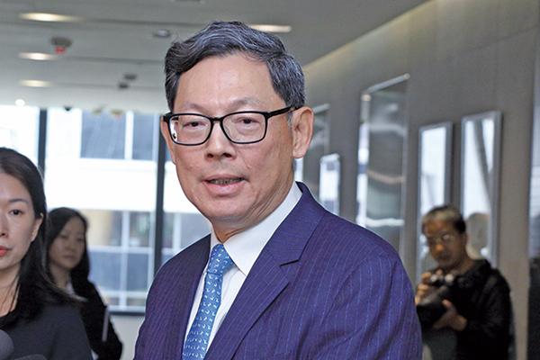 金管局總裁陳德霖表示,由於港元和美元利率仍存差距,為港元流向美元提供誘因。(大紀元圖片庫)
