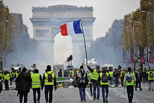 2018年11月24日凱旋門附近的「黃背心」運動抗議者。(AFP)
