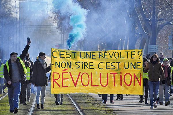 2019年2月2日史特拉斯堡黃背心遊行展示一橫幅,引用1789年路易十六獲知爆發法國大革命時的對話:「是暴動麼?」「不陛下,這是革命!」(AFP)