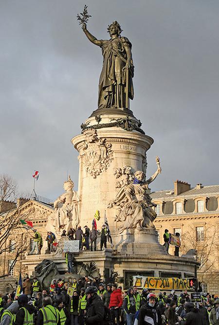 2019年2月2日,巴黎共和廣場象徵自由、平等、博愛的雕像下,黃背心運動持續示威。(AFP)