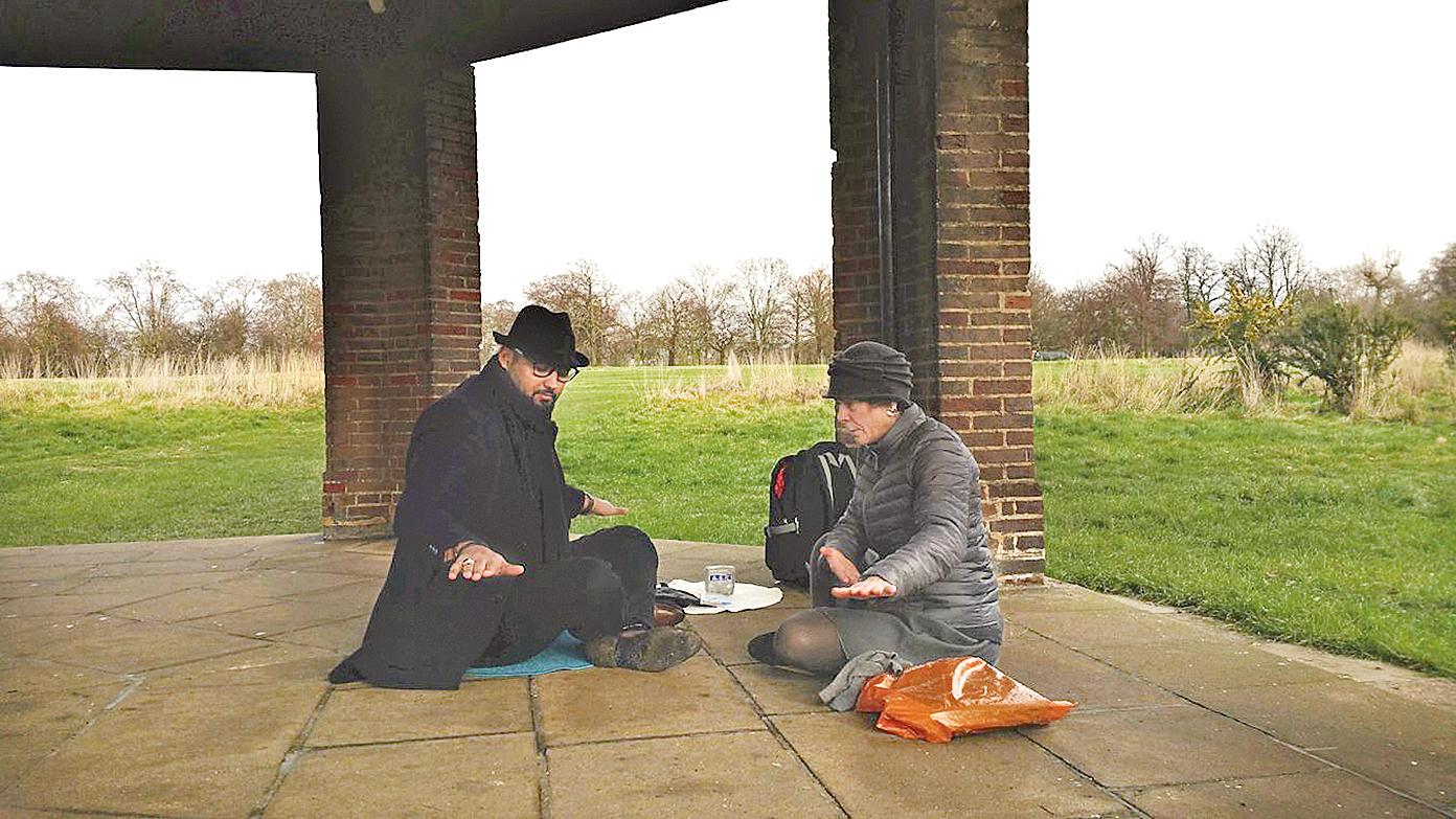 2019年2月7日,突尼斯商人阿里(左)在倫敦海德公園偶遇法輪功學員在打坐,立即被她們的特殊能量所吸引,並體會到寧靜祥和的能量帶給他內心的平靜。(明慧網)上圖:阿里開心地和法輪功學員娜塔莉合影。(明慧網)