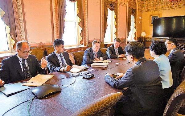 陳方安生、莫乃光及郭榮鏗與美國國家安全委員會亞太資深總監Matthew Pottinger(左三)等官員會面。(公民黨提供)